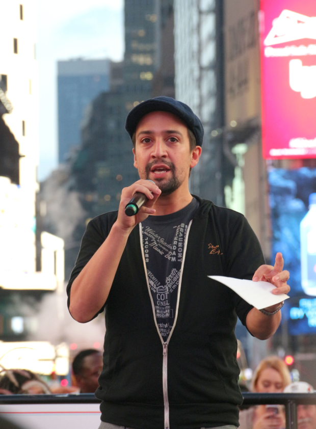 <p>Lin-Manuel Miranda introduces a performance by Mandy Gonzalez.</p><br />(© David Gordon)