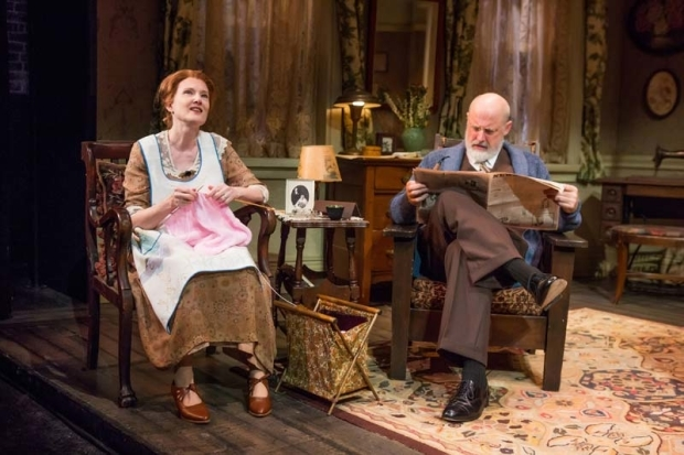 <p>Annette O&#39&#x3B;Toole and Douglas Rees have a nice sit and chat.</p><br />(© Jeremy Daniel)