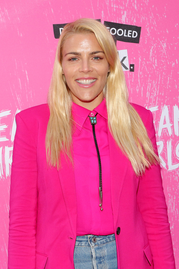 <p>Busy Philipps color-coordinates an outfit for the performance.</p><br />(© David Gordon)