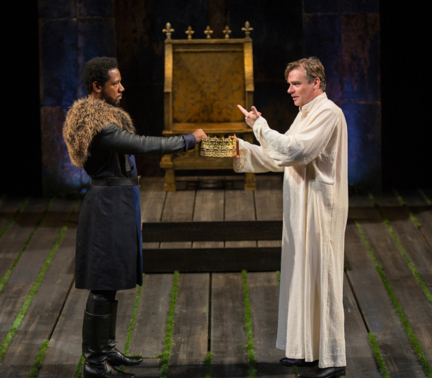 <p>A scene between Tory Kittles and Robert Sean Leonard.</p><br />(© Jim Cox)