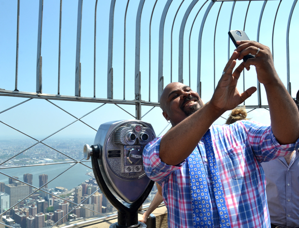 <p><em>Aladdin</em> star James Monroe Iglehart takes a selfie with the view.</p><br />(© David Gordon)