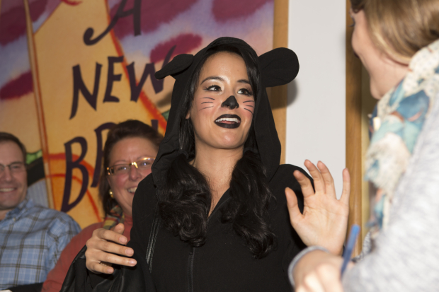 <p><em>Aladdin</em>&#39&#x3B;s Courtney Reed helps judge the dressing room decorating competition.</p><br />(&copy&#x3B; Jeremy Daniel)