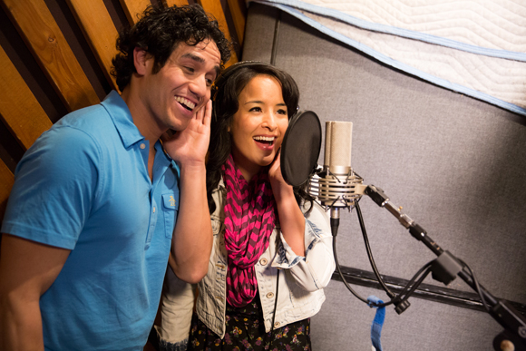 <p><em>Aladdin</em>&#39&#x3B;s stars Adam Jacobs and Courtney Reed enjoy their time in the studio.</p><br />(© Matthew Murphy)
