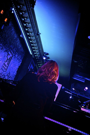<p>Amanda Green accompanies herself at the piano.</p><br />(© Nessie Nankivell)