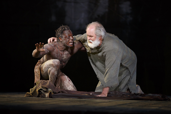 <p>As Edgar, Chukwudi Iwuji confers with John Lithgow&#39&#x3B;s King Lear.</p><br />(© Joan Marcus)