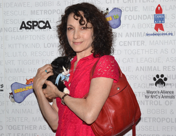 <p>Bebe Neuwirth cuddles up with a cute kitty.</p><br />(© David Gordon)