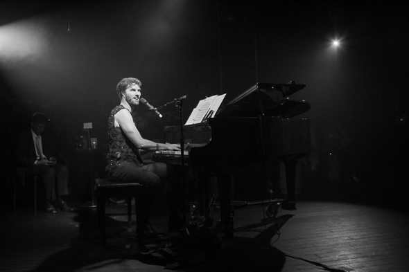 <p>Broadway composer Lance Horne begins the night with a set of his best rock songs.</p><br />(© Seth Walters)