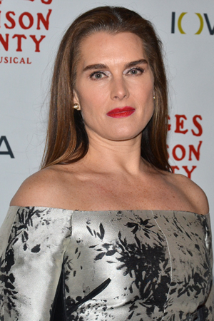 <p>Brooke Shields poses for photos on her way into the Schoenfeld Theatre.</p><br />(© David Gordon)