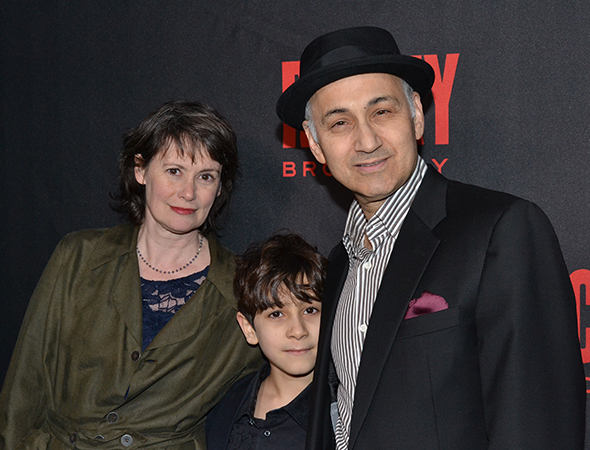 <p>Cast member Ned Eisenberg also takes a photo with his family members.</p><br />(© David Gordon)