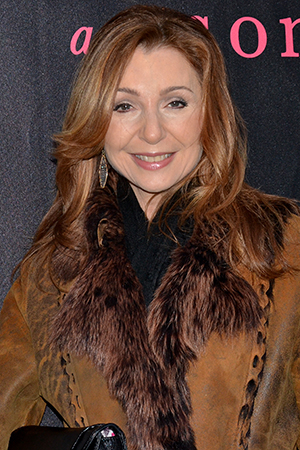 <p>Donna Murphy smiles for the cameras on her way into the John Golden Theatre.</p><br />(© David Gordon)