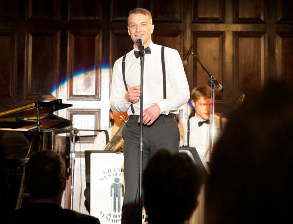 <p>Euan Morton serenades the crowd at The Players.</p><br />(© Christian Campbell)