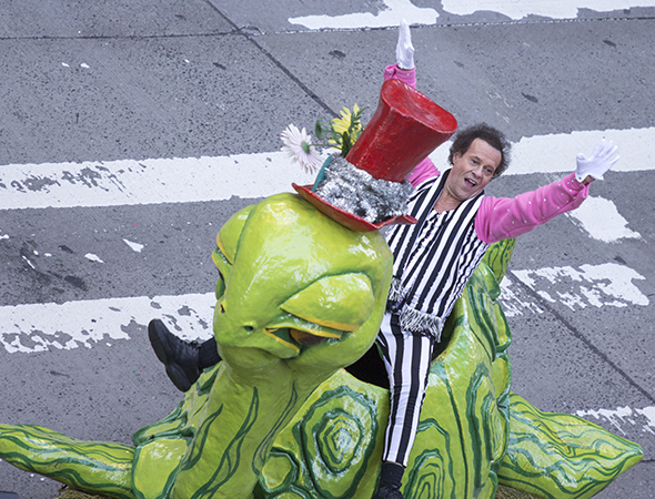 <p>Fitness guru Richard Simmons demonstrates some tricks on the back of a turtle.</p><br />(© David Gordon)