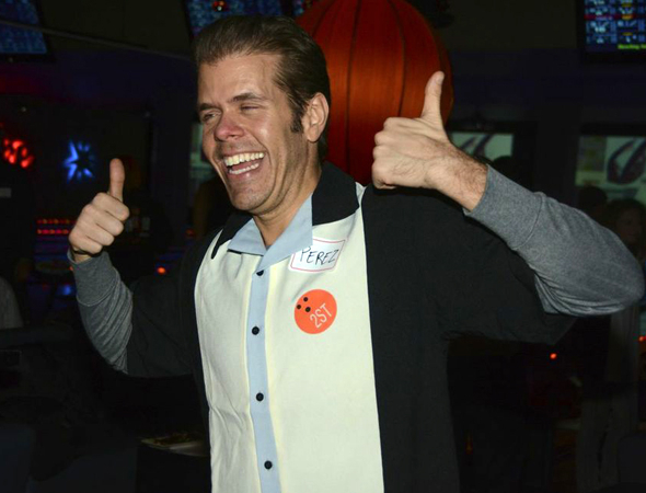 <p>Gossip blogger Perez Hilton gives us a thumbs-up before he starts to bowl.</p><br />(© Nessie Nankivell)