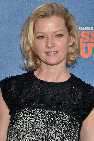 <p>Gretchen Mol heads into the Barrymore Theatre as the show starts.</p><br />(© David Gordon)