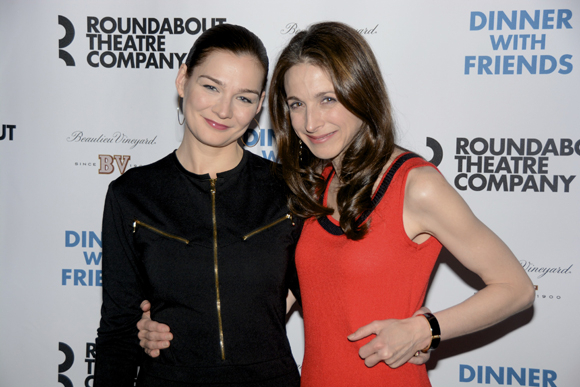 <p>Heather Burns and Marin Hinkle get friendly on the red carpet.</p><br />(© Nessie Nankivell)
