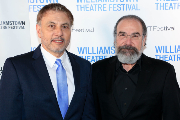 <p>Honoree Gary Levine grabs a photo with Mandy Patinkin.</p><br />(© Tricia Baron)