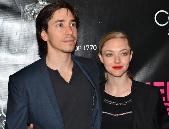 <p>Justin Long and Amanda Seyfried head into the Belasco Theatre.</p><br />(© David Gordon)