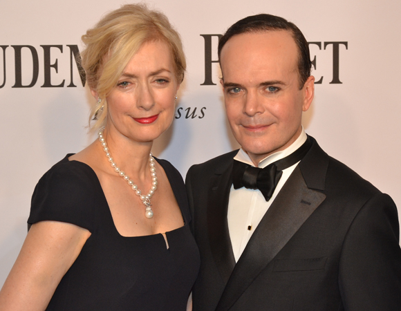 <p>Lead Actor in a Musical nominee Jefferson Mays of the Tony-winning <em>A Gentleman&#39&#x3B;s Guide to Love and Murder</em> walks the red carpet with his wife, Susan Lyons.</p><br />(© David Gordon)