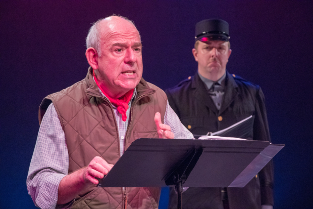 <p>Lenny Wolpe takes the stage as Dewey Caddell looks on.</p><br />(© Ben Strothmann)