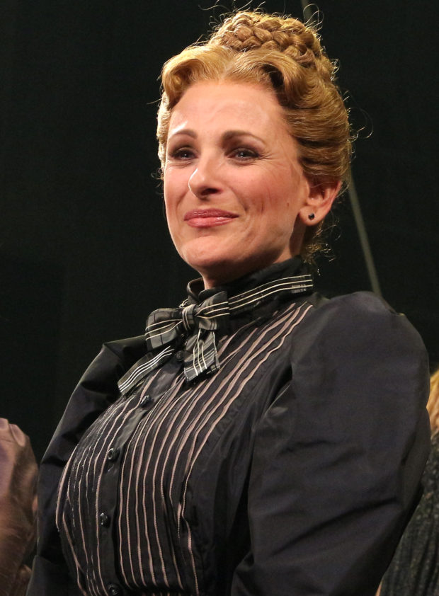 <p>Marlee Matlin gets teary as she officially makes her Broadway debut.</p><br />(© David Gordon)
