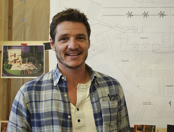 <p>Pedro Pascal smiles for the cameras during the first rehearsal.</p><br />(© Tammy Shell)