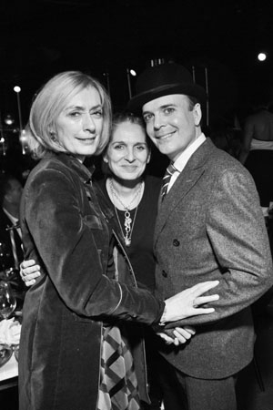 <p><em>Queen of the Night</em> director Christine Jones huddles with Tony Award-winning <em>A Gentleman&#39&#x3B;s Guide to Love and Murder</em> star Jefferson Mays and wife Susan Lyons.</p><br />(© Jenny Anderson)