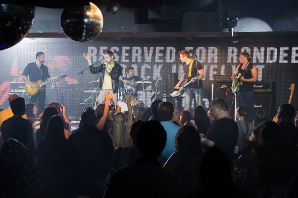 <p>Reserved for Rondee gets the crowd on their feet.</p><br />(© Seth Walters)