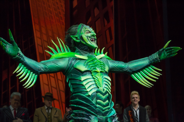 <p>Robert Cuccioli aka The Green Goblin opens his arms to the final Broadway audience.</p><br />(© Seth Walters)