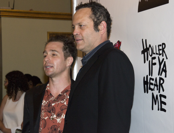 <p>Sam Rockwell and Vince Vaughn have a conversation on the red carpet.</p><br />(© David Gordon)