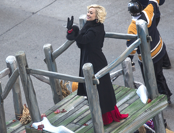 <p>Singer Kellie Pickler waves to the crowd.</p><br />(© David Gordon)