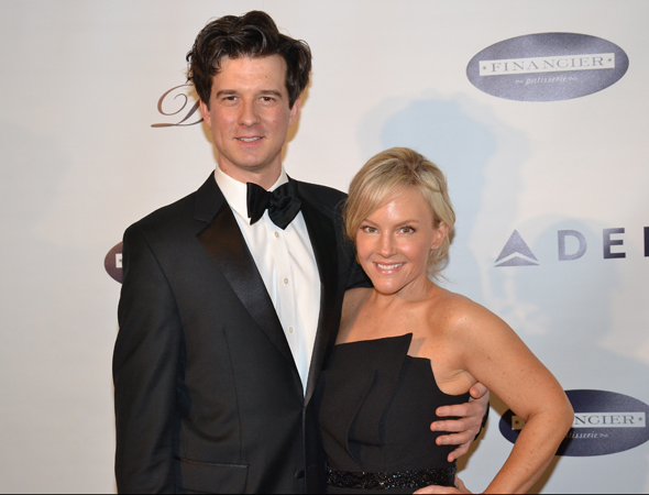 <p>Violinist Christian Hebel and actress Rachael Harris get close on the red carpet.</p><br />(© David Gordon)