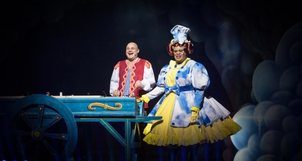 <p>Al Murray as Al the Barman and Clive Rowe as Dame Trot in <em>Jack and the Beanstalk</em></p><br />© Craig Sugden