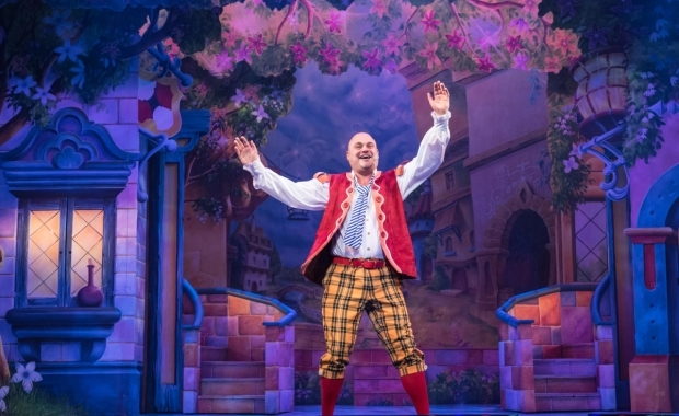 <p>Al Murray as Al the Barman in <em>Jack and the Beanstalk</em></p><br />© Craig Sugden