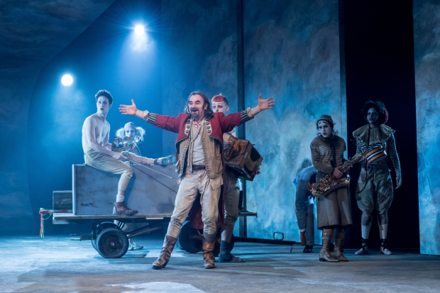 <p>David Haig (The Player) and The Players in <em>Rosencrantz &amp&#x3B; Guildenstern Are Dead</em></p><br />© Manuel Harlan