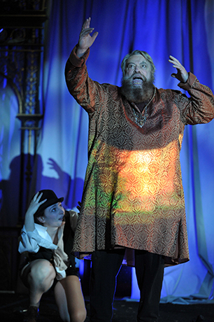 <p>Emily Tucker (Cordelia, Fool) and Brian Blessed (King Lear)</p><br />© Guildford Shakespeare Company