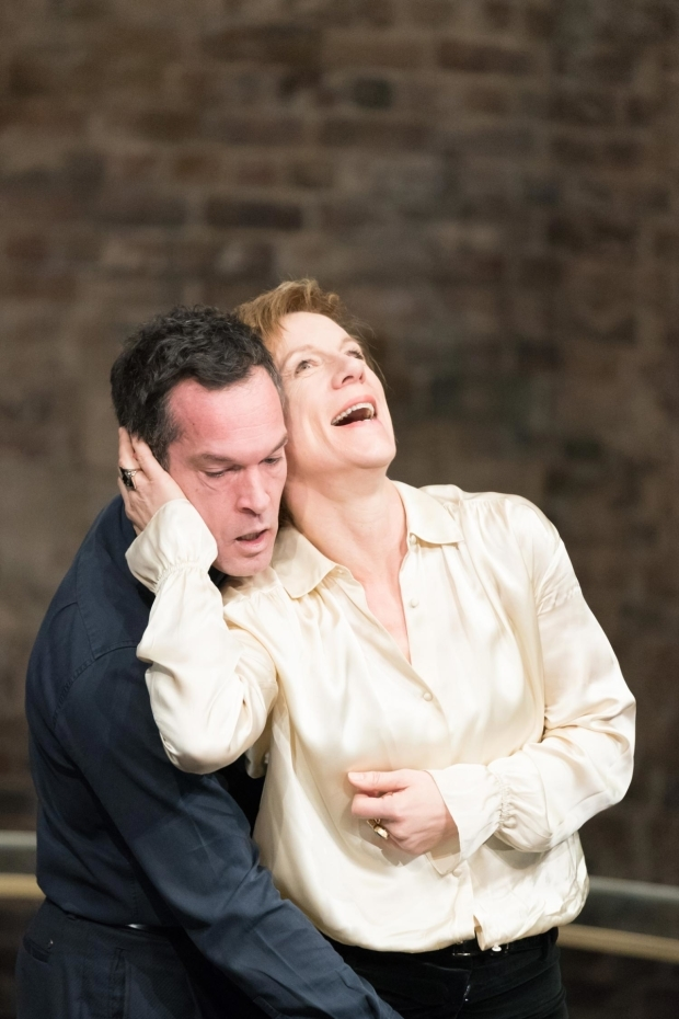 <p>John Light (Leicester) Juliet Stevenson (Mary Stuart) in <em>Mary Stuart</em></p><br />© Manuel Harlan