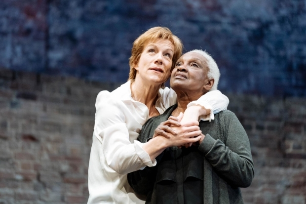 <p>Juliet Stevenson (Mary Stuart) and Carmen Munroe (Kennedy) in <em>Mary Stuart</em></p><br />© Manuel Harlan