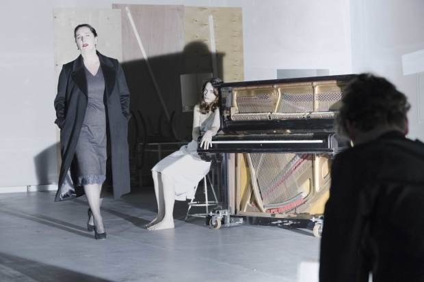 <p>Kate Duchene (Juliana) and Ruth Wilson (Hedda Gabler) in <em>Hedda Gabler</em></p><br />© Jan Versweyveld