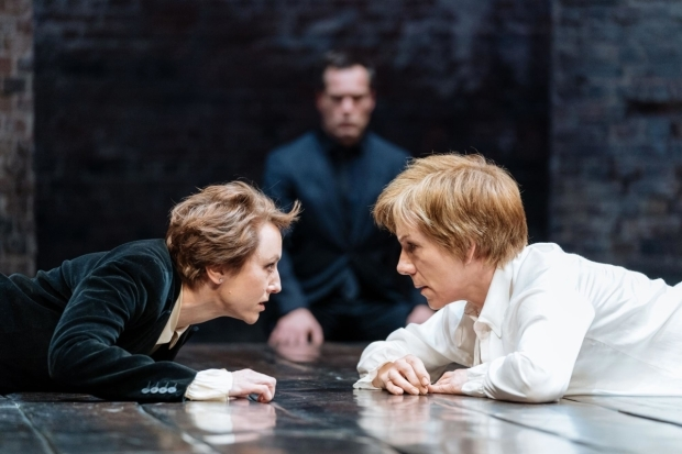 <p>Lia Williams (Elizabeth) and Juliet Stevenson (Mary Stuart) in <em>Mary Stuart</em></p><br />© Manuel Harlan