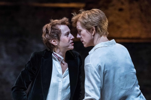 <p>Lia Williams (Elizabeth I) and Juliet Stevenson (Mary Stuart) in <em>Mary Stuart</em></p><br />© Manuel Harlan
