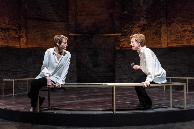 <p>Lia Williams (Mary Stuart) and Juliet Stevenson (Elizabeth I) in <em>Mary Stuart</em></p><br />© Manuel Harlan