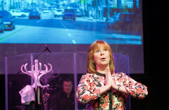 <p>Marti Webb performing <em>Tell Me On a Sunday</em></p>