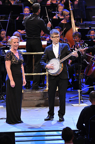 <p>Skye Manton of the Proms Military Wives Choir and Gareth Malone lead the Royal Albert Hall in a rendition of &quot&#x3B;It's a long way to Tipperary&quot&#x3B; at the <em>War Horse</em> Prom, BBC Proms 2014.</p><br />© BBC/Chris Christodoulou