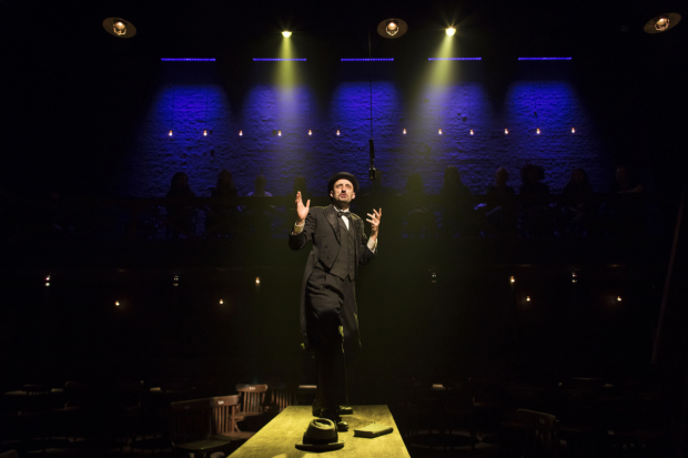 <p>Tom Edden (Announcer) in <em>The Resistible Rise of Arturo Ui</em></p><br />© Helen Maybanks