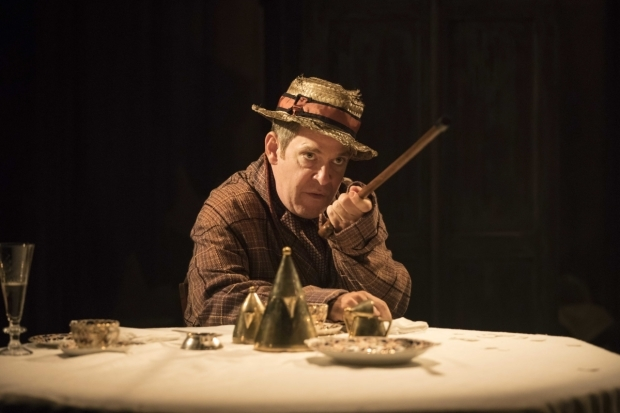 <p>Tom Hollander (Henry Carr) in <em>Travesties</em></p><br />(© )